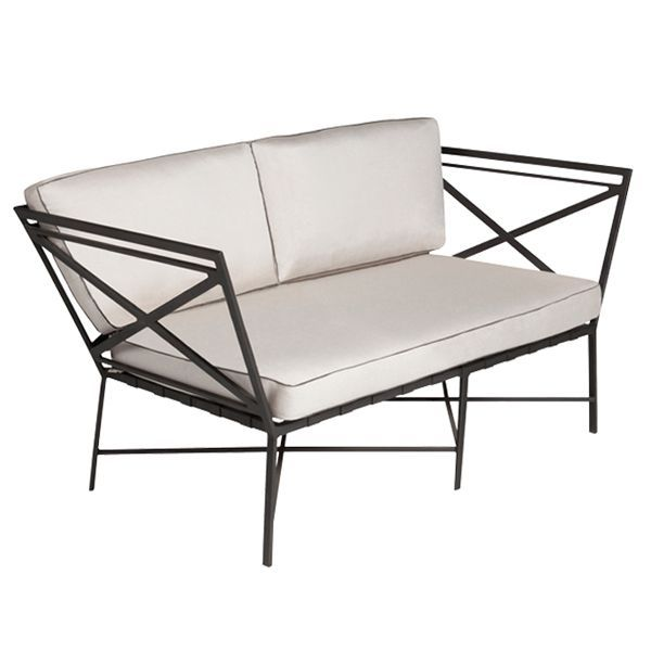 The outdoor sofa in the Triconfort 1950 collection combines the art of forging with aluminum, a much lighter and more weather-resistant material. The Atelier Créatif of the brand itself has developed this two- and three-seater sofa, designed as a tribute to the triangulated special buildings developed in the civil works during the second half of the 19th century.Details: aluminum structure in different finishesSee finishes in Naharro Showroom