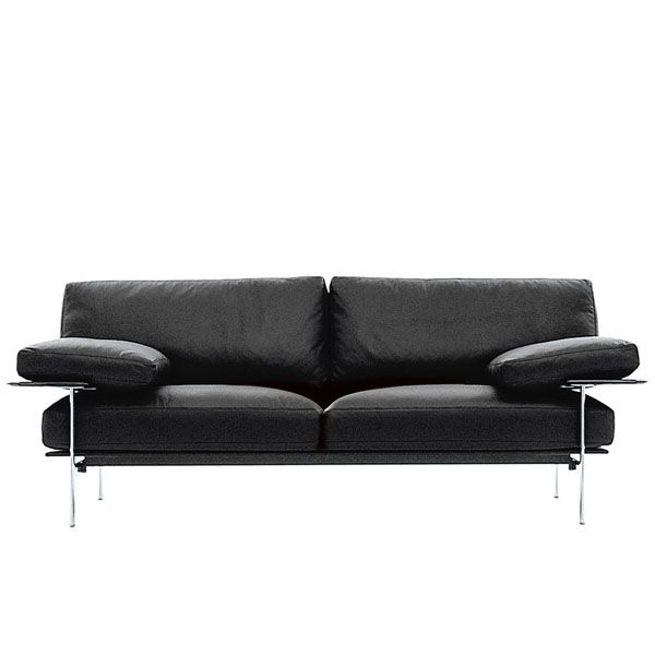 Designed jointly by Antonio Citterio and Paolo Nava, the Diesis sofa is part of the history of contemporary design. With innovative technology, high quality materials, brushed aluminum structure. upholstered in leather or fabric, this B & B Italia sofa can be placed even in the center of the room, thanks to the design of the backrest that denotes its flexible structure, resulting elegant, even from the back. Price for sofa 217x95x80 cm with brushed and upholstered aluminum structure in skin category Beta.The Diesis sofa is available in different sizes and finishes for the structure and upholstery.See more information in the stores of NAHARRO.