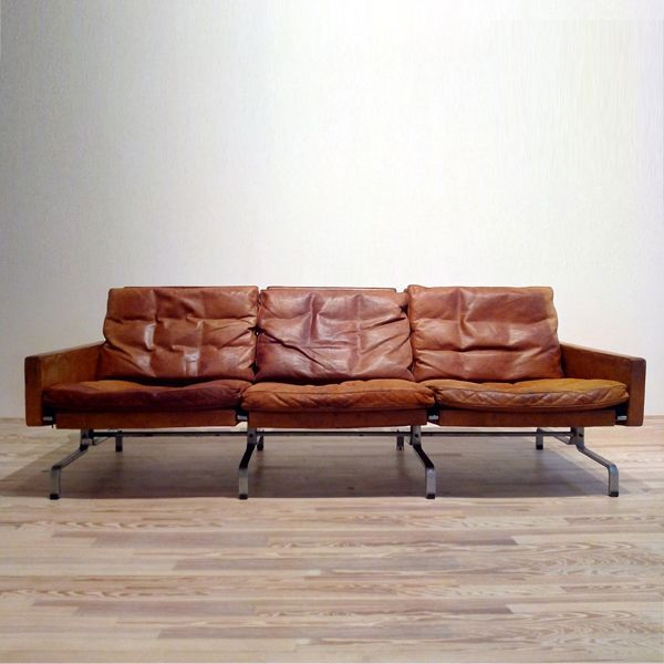 The PK31 sofa series by Fritz Hansen is a good example of the ability of its designer Poul Kjaerholm to create furniture that can be adapted to a room and still maintain the identity of a unique piece of furniture.Sofa of 3 seats with upholstery in leather and matt chromed steel base, manufactured in 1970.1 sofa in stock.