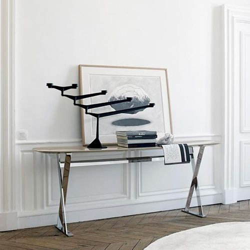The Pathos collection designed by Antonio Citterio for Maxalto includes a pure line console that adapts to any space in the house, entrance hall, living room, bedroom ... and can also be used in public spaces such as reception or office areas. The Pathos console has structure available in varnished bronze nickel, shiny chromed steel and copper and configurable in different finishes, including marble. Price for console 150 cm, structure varnished in bronze nickel and envelope in MDF anthracite.See more information and prices for finishes of the envelope in marble in NAHARRO.