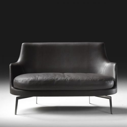 Within the different versions of the Guscio collection, we find this sofa designed by Antonio Citterio for the firm Flexform with a rigid polyurethane structure, cushion seat with an internal elastic core and base in solid wood or metal. Details: fabric or leather cover. Price for 128 X 80 cm sofa, wooden base and upholstered in medium category fabric. Check the Naharro stores for different finishes and prices.