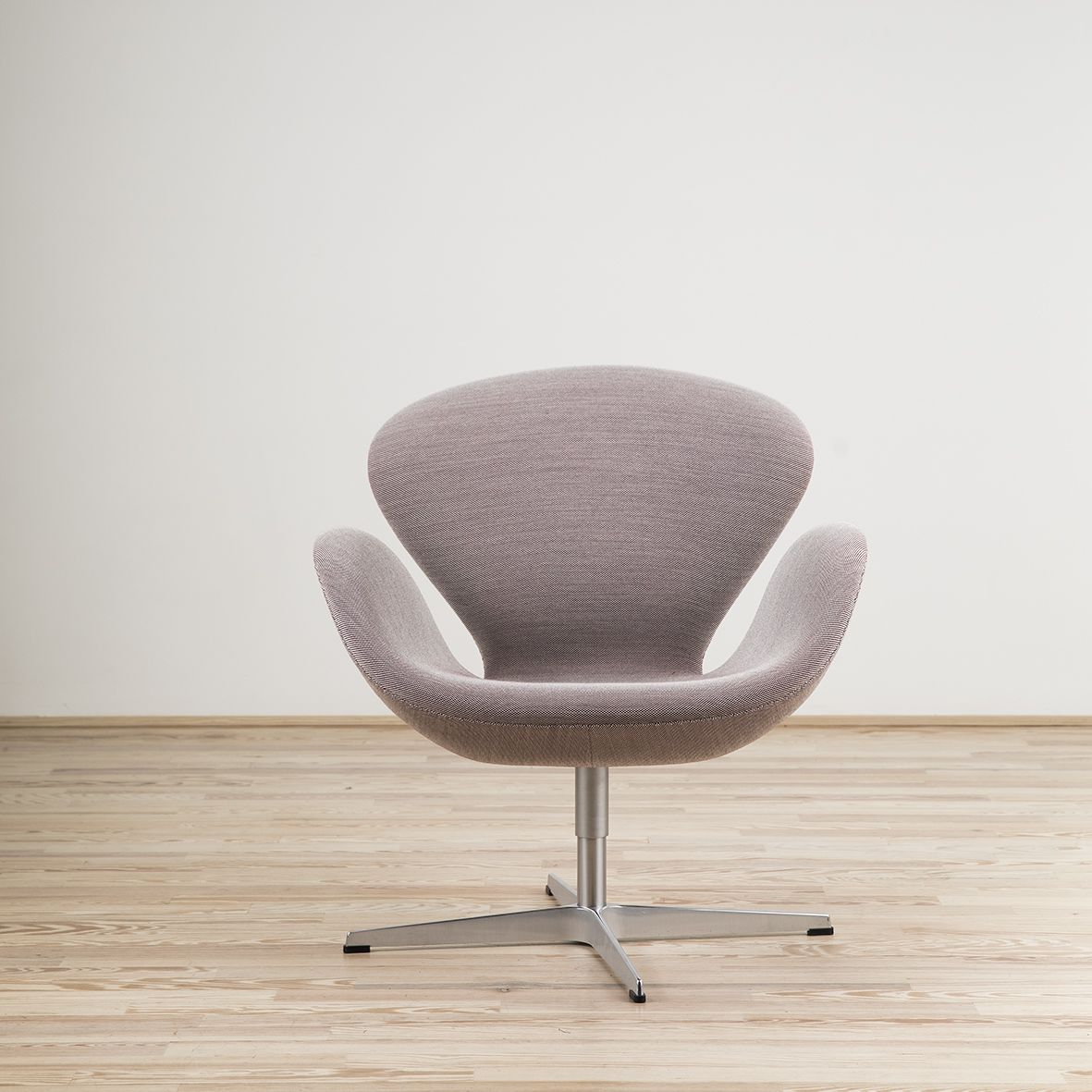 Swan armchair designed by Arne Jacobsen and edited by Fritz Hansen
